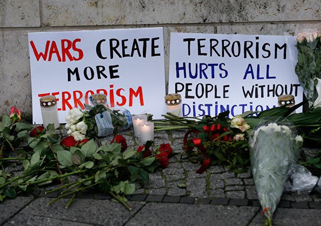 Flores y carteles en el lugar del atentado en Berlín