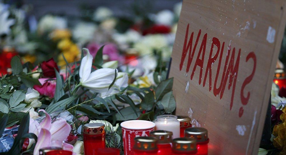 La gente lleva flores al lugar del atentado en Berlín