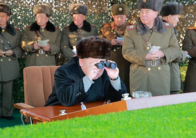 Kim Jong-un, líder de Corea del Norte, supervisa en persona los ejercicios militares