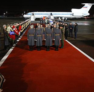 Llegada del cuerpo del embajador ruso Andréi Kárlov a Moscú