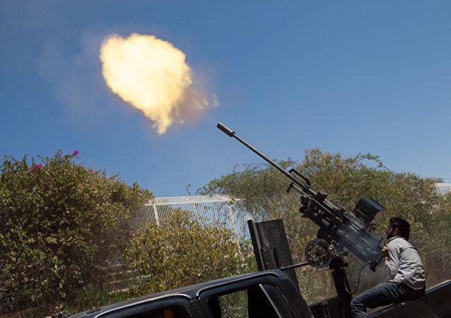 Un rebelde dispara contra un avión del Ejército Sirio, en las afueras de la ciudad de Alepo (archivo)