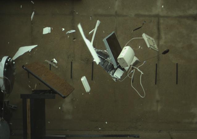 La explosión de un iMac en cámara lenta