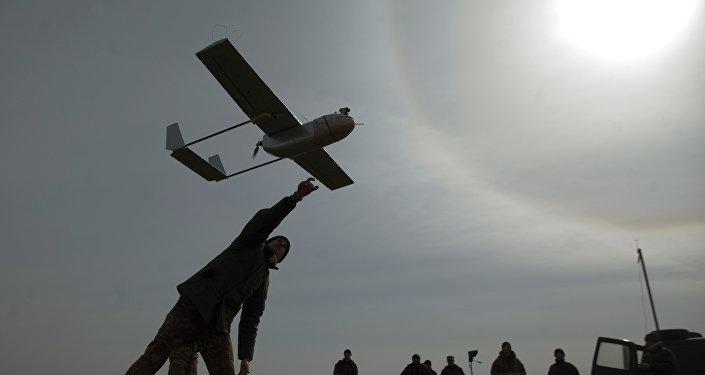 Un militar lanza un avión de reconocimiento no tripulado cerca de la ciudad ucraniana oriental de Lysychansk