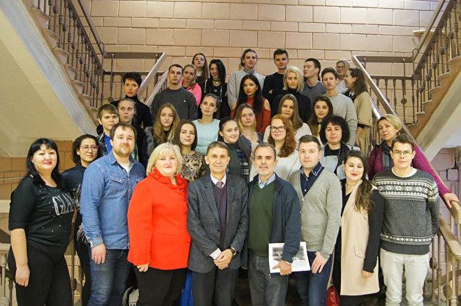 Argel Calcines con el grupo de estudiantes y profesores participantes del proyecto 'El faro de La Habana, faro de la paz mundial'