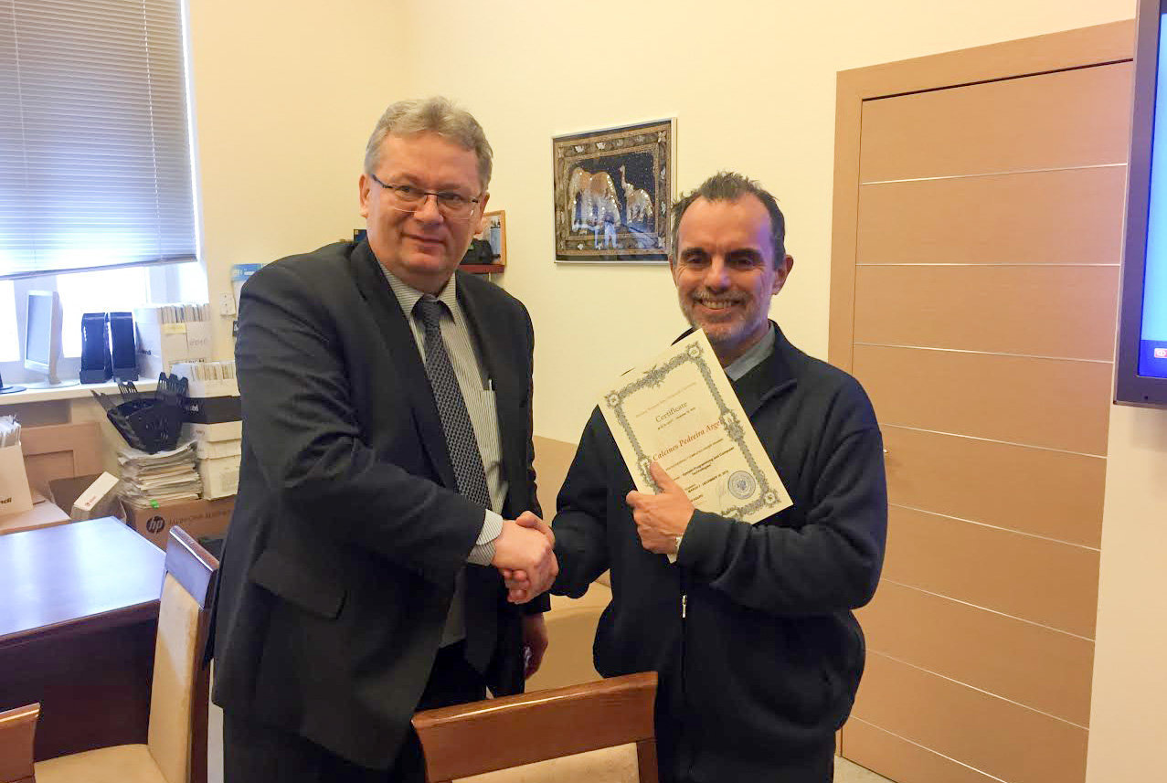 Argel Calcines recibe Certificado de pasantía de manos de Mijaíl Kuznetsov, jefe del departamento de Cooperación Internacional de la Universidad Bauman