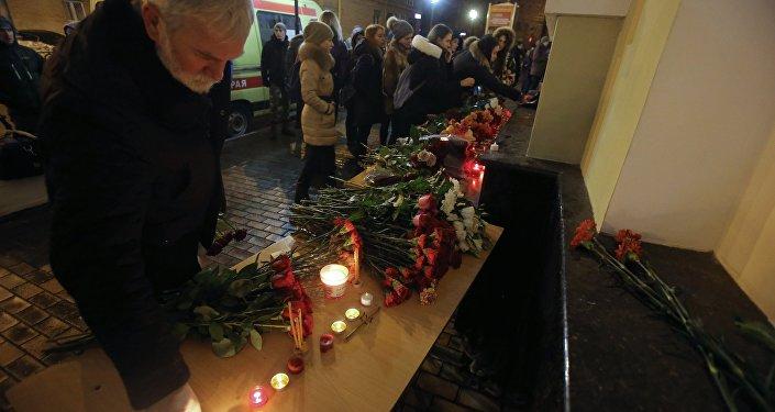 Un hombre rinde homenaje a las víctimas del avión siniestrado en Rusia