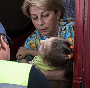 Elizaveta Glinka con una niña ucraniana herida
