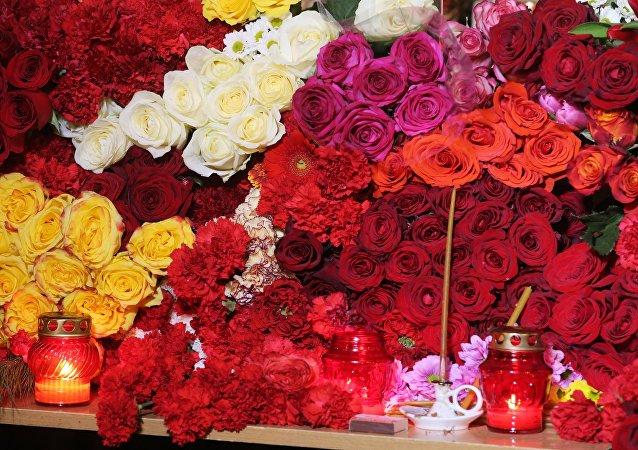 Flores en la memoria de las víctimas del siniestro del avión Tu-154