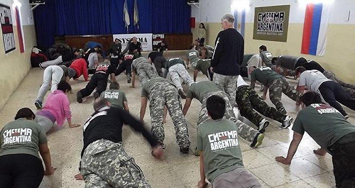 Personas practican Systema en Argentina