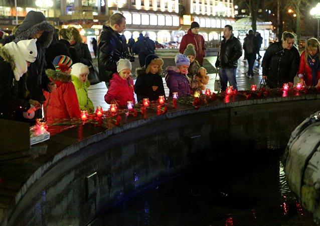 Flores en homenaje a las víctimas del avión Tu-154 siniestrado en el mar Negro