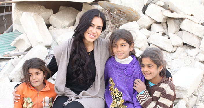 La cineasta boliviana Carla Ortiz junto a unos niños en Siria
