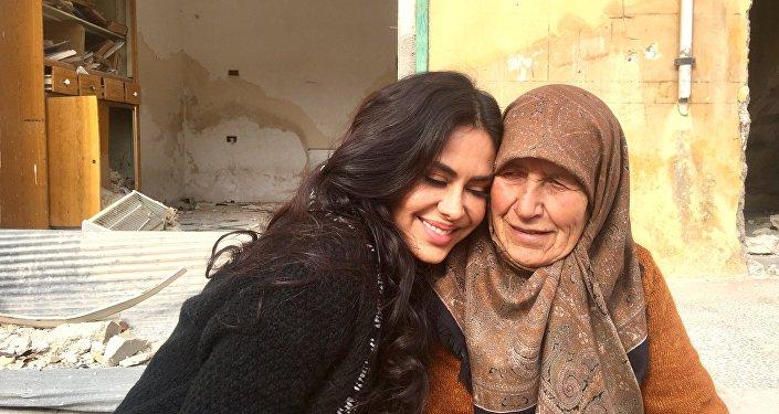 La cineasta boliviana Carla Ortiz junto a una mujer en Siria