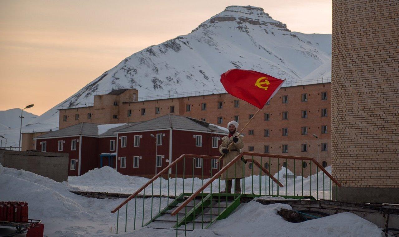 Pyramiden es una ciudad de la época soviética, y Sasha suele mantener el ambiente histórico del asentamiento