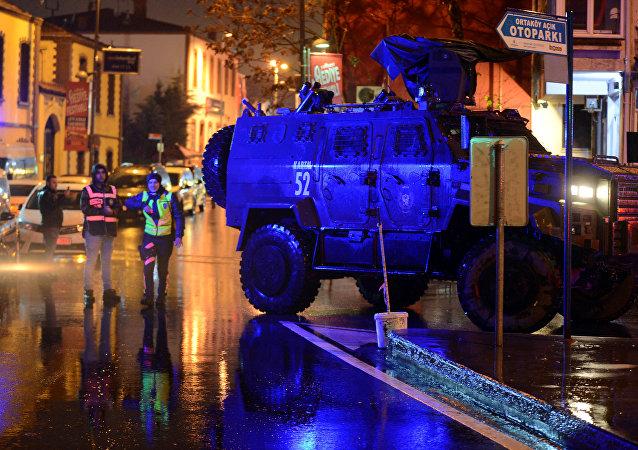 Un vehículo blindado de la policía frente del club Reina en Estambul