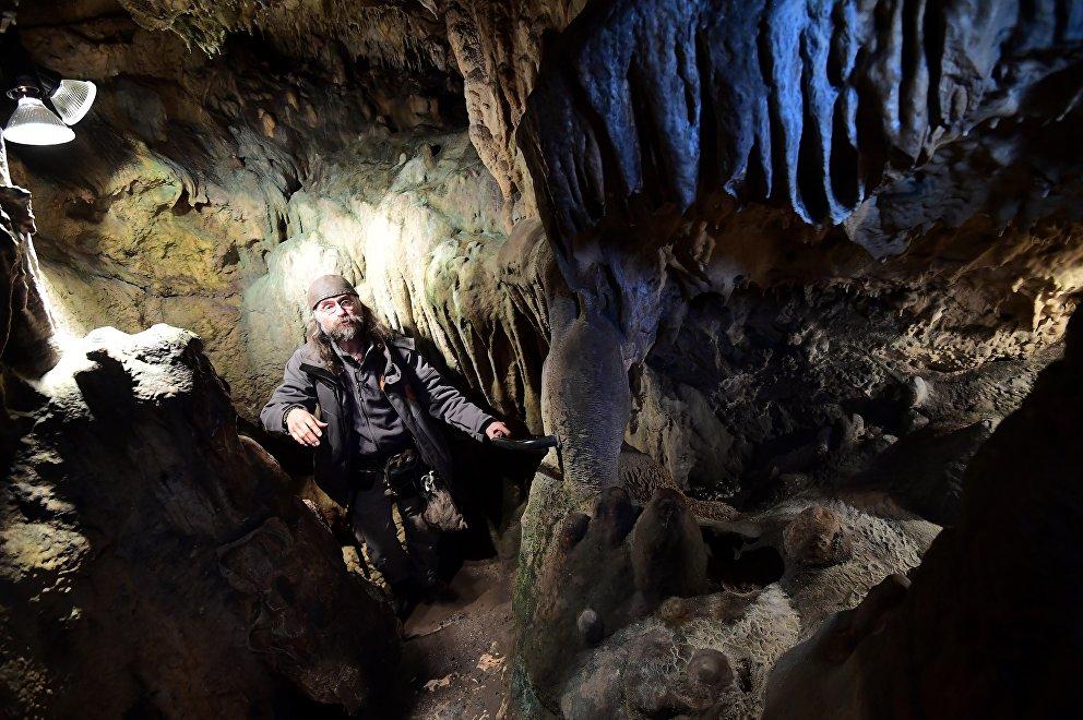 Christian Casseyas en las cuevas Goyet