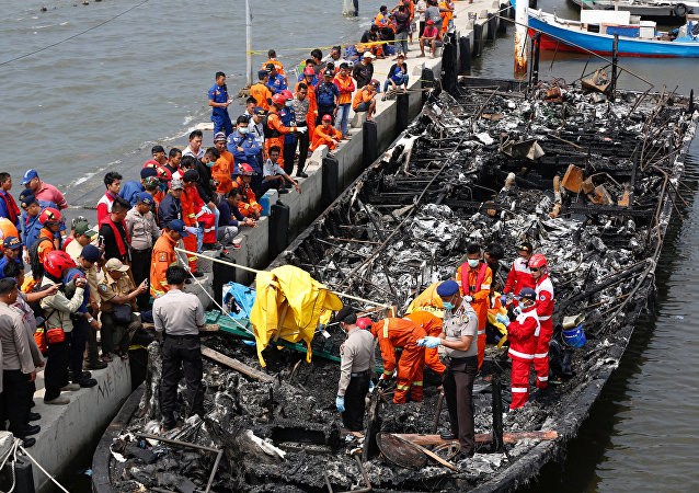 Un ferry incendiado cerca de la capital de Indonesia, Yakarta
