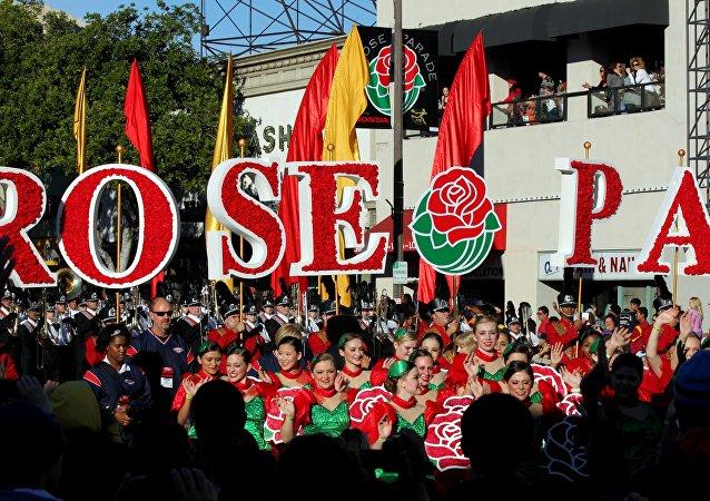 El Desfile del Torneo de las Rosas celebra la llegada del año nuevo con flores, música y deporte en California, EEUU
