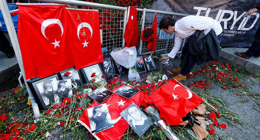 Flores en homenaje a las víctimas del atentado en Estambul