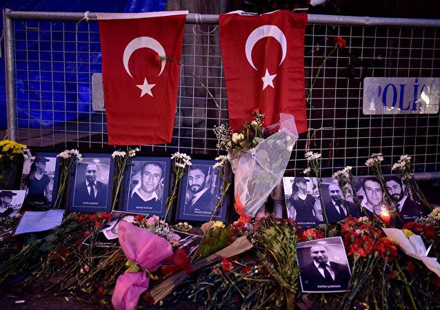 Flores y fotos de las víctimas del atentado en un club nocturno en Estambul