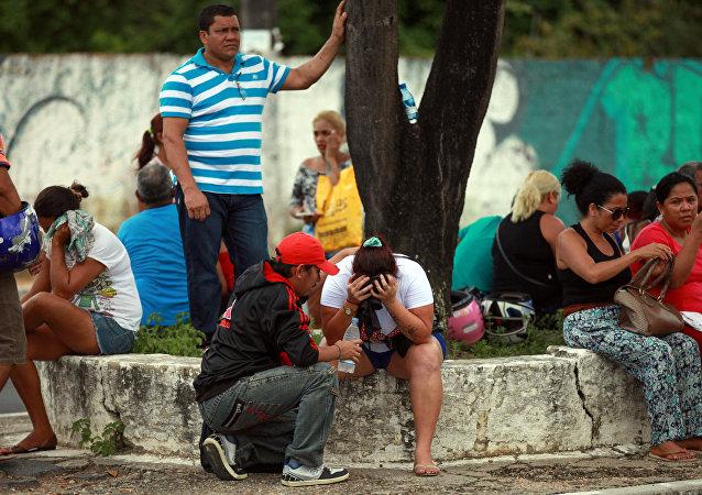 Los parientes de los prisioneros de la cárcel en Manaos, Brasil