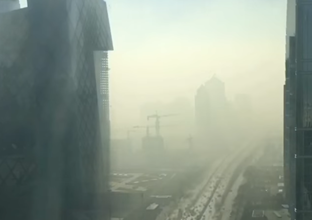 Una espesa capa de contaminación envuelve la capital china