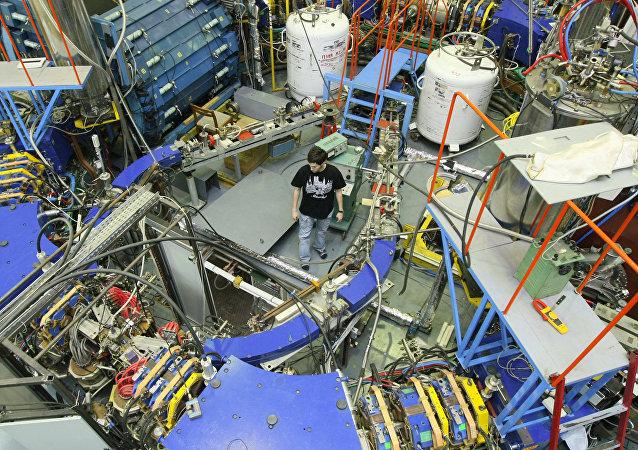 Un empleado en la sala del Instituto de Física Nuclear (IFN) de Novosibirsk, donde está instalado el colisionador electrón-positrón