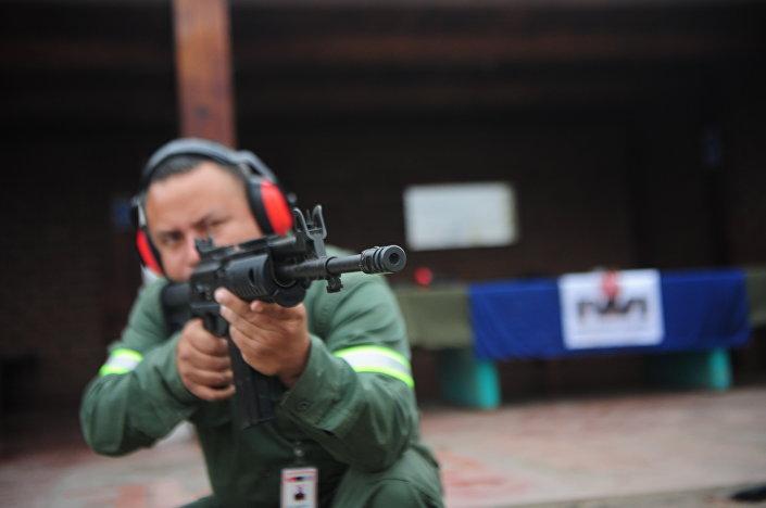 Un soldado durante unos ejercicios con el rifle Galil en Lima (12 de octubre de 2011)