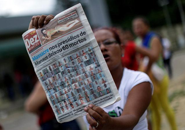 Una mujer con el periódico local, Manaos, Brasil