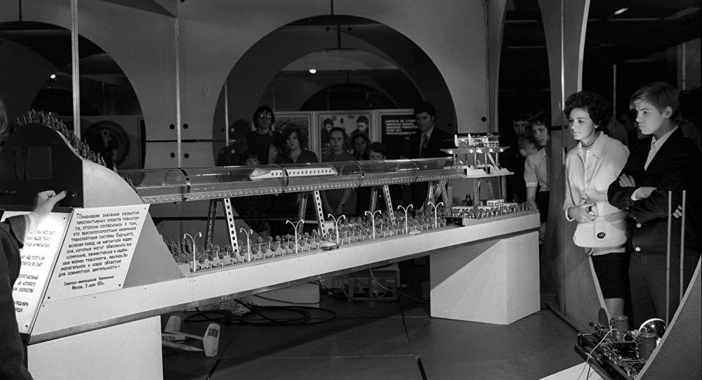 Camino del futuro, modelo de la vía de transporte de levitación magnética creado por los estudiantes del colegio de Rybinsk