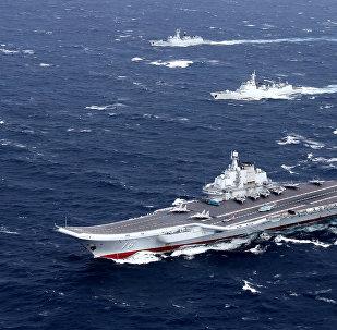Escuadra naval china liderada por el primer portaviones del país asiático, el Liaoning