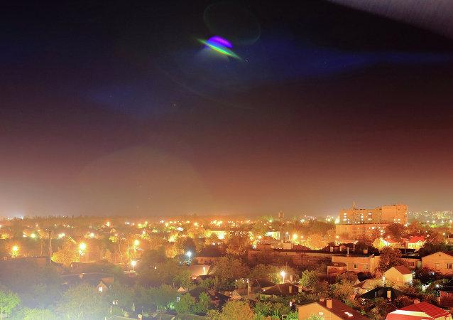 OVNI sobre una ciudad (ilustración)