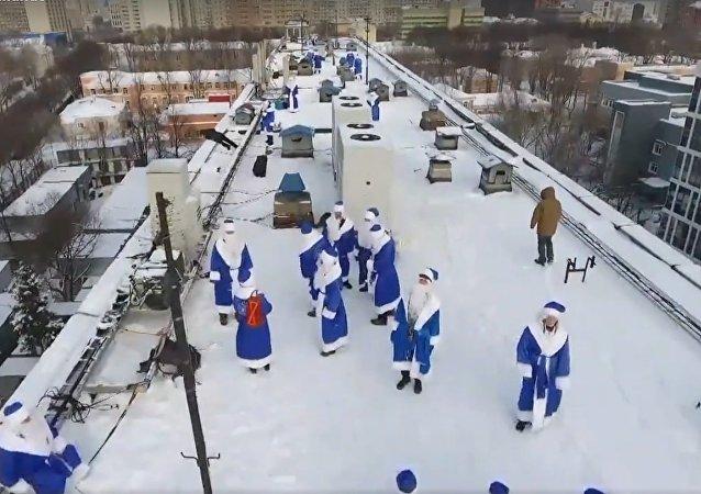 'Papás Noel' sorprenden a los niños en un hospital