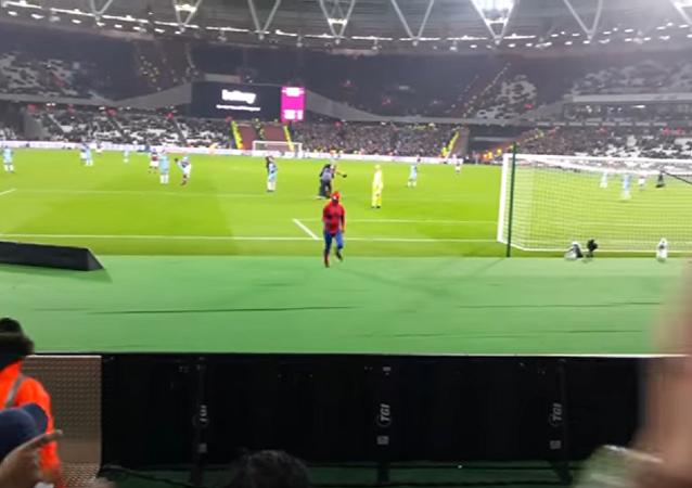 Un hincha vestido de Spider-Man interrumpe el partido de fútbol