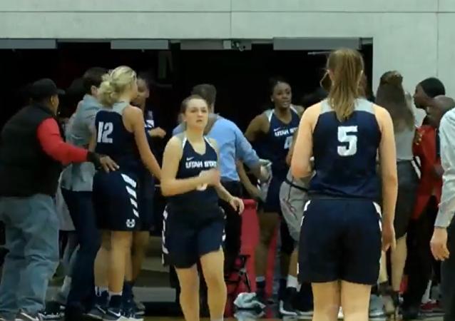 Pelea de jóvenes en un partido de baloncesto femenino