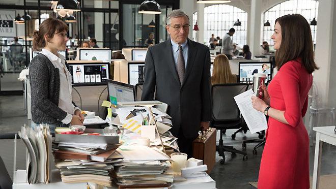 Christina Scherer, Robert De Niro y Anne Hathaway en la película 'The Intern'