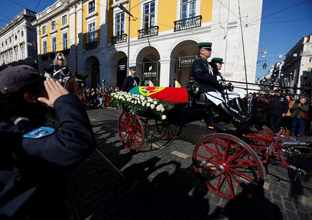 El ataúd del expresidente portugués Mario Soares está llevado al Monasterio de los Jerónimos en Lisboa