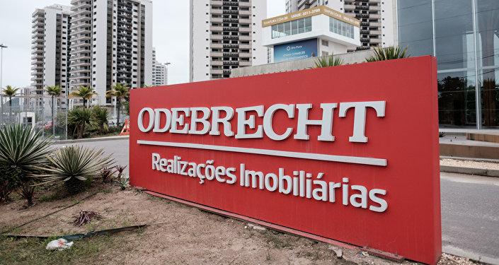 El logotipo de la constructora brasileña Odebrecht en la Villa Olímpica de Río de Janeiro, Brasil