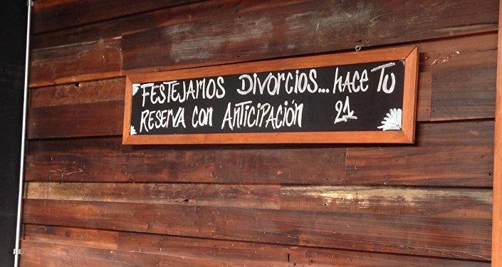 Un bar propone festejar divorcios