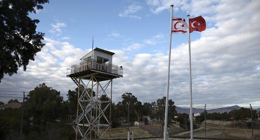 Banderas de Chipre del Norte y de Turquía en la ciudad dividida de Nicosia (archivo)