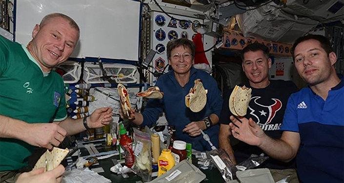 Oleg Novitski y sus colegas en la Estación Espacial Internacional