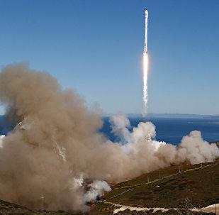 El cohete Falcon 9 de la compañía espacial privada SpaceX retomó sus vuelos, más de cuatro meses después del último accidente. El éxito del lanzamiento fue aún más dulce gracias a su novedoso sistema, que regresó la primera etapa del cohete a la tierra, aterrizándola en una plataforma en el mar.