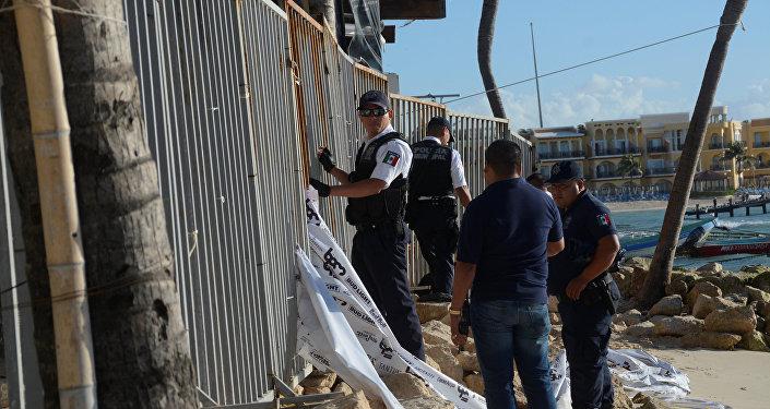Policía cerca del club Blue Parrot de Playa de Carmen