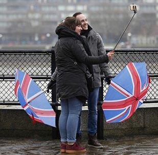 Turistas con paraguas en el color de la bandera del Reino Unido