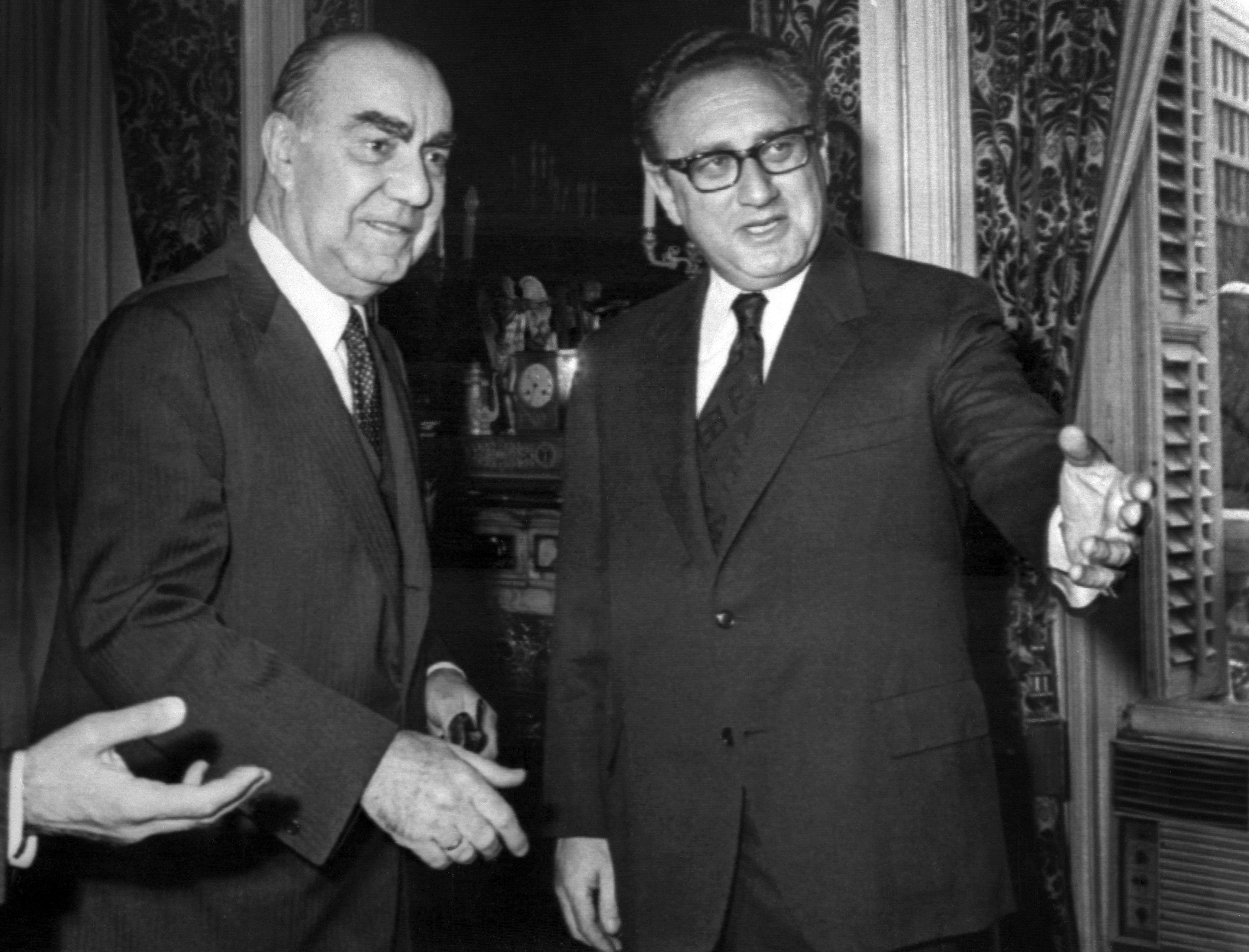 Luis Carrero Blanco, primer ministro de España (izda.) en una reunión con Henry Kissinger, secretario de Estado de EEUU (drcha.), 19 de diciembre de 1973, Madrid (archivo)