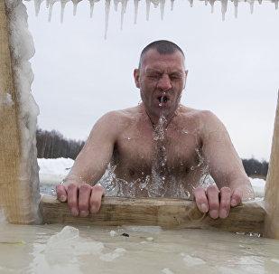 Más de 110.000 personas celebrarán la Epifanía en aguas heladas en Moscú