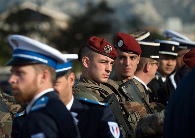 Soldados y policías franceses
