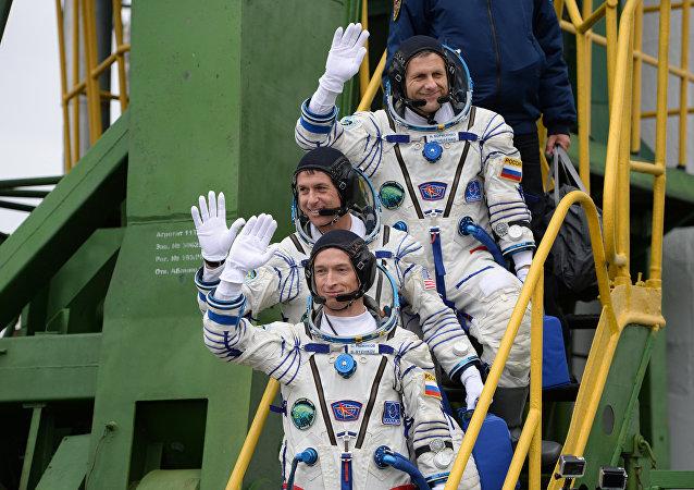 Los miembros de la tripulación principal de la misión a la Estación Espacial Internacional