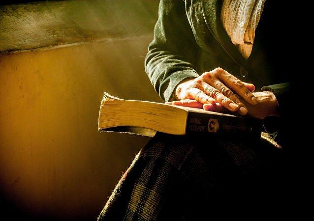 Mujer sostiene un libro