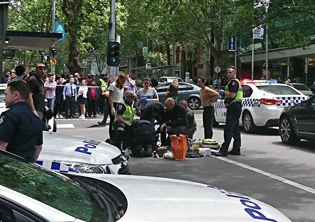 Miembros de las fuerzas de emergencia atienden a los heridos en Melbourne