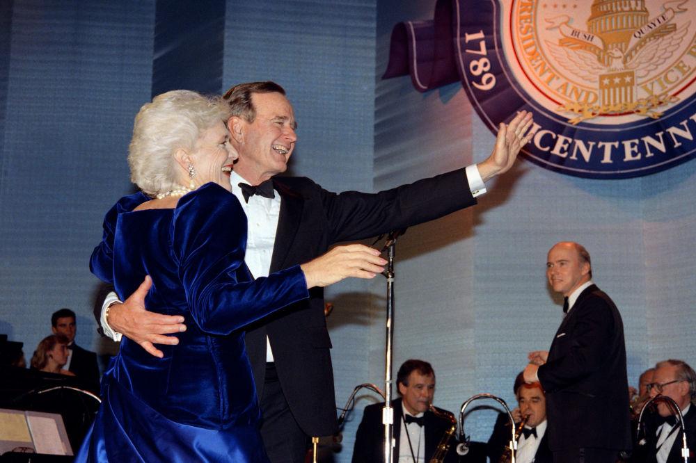 El presidente estadounidense, George H. W. Bush, y su esposa Barbara, antes del baile inaugural en Washington DC, en 1989